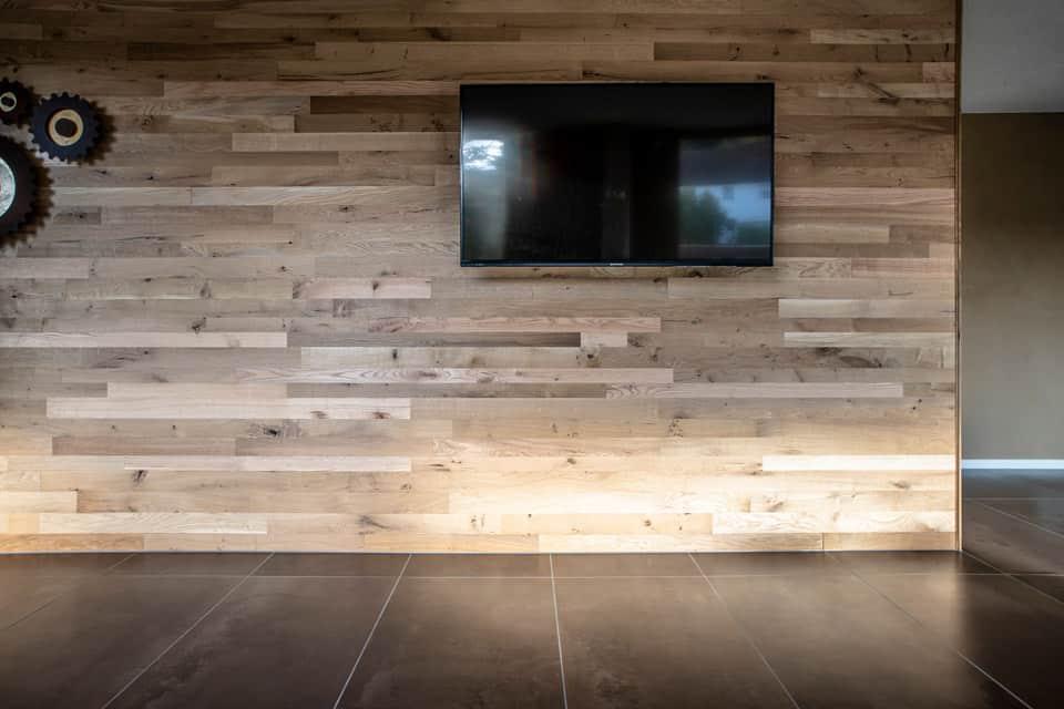 TV-Wandverkleidung aus Holzlatten.